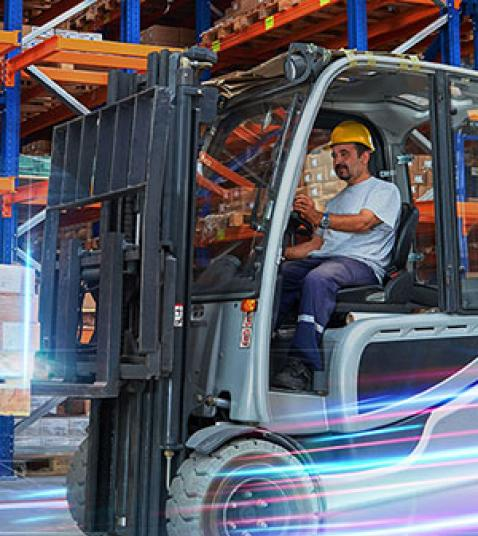 Resilient Logistics with End-to-End Digitalization >Man on an electric pallet truck at a warehouse > Dassault Systèmes®